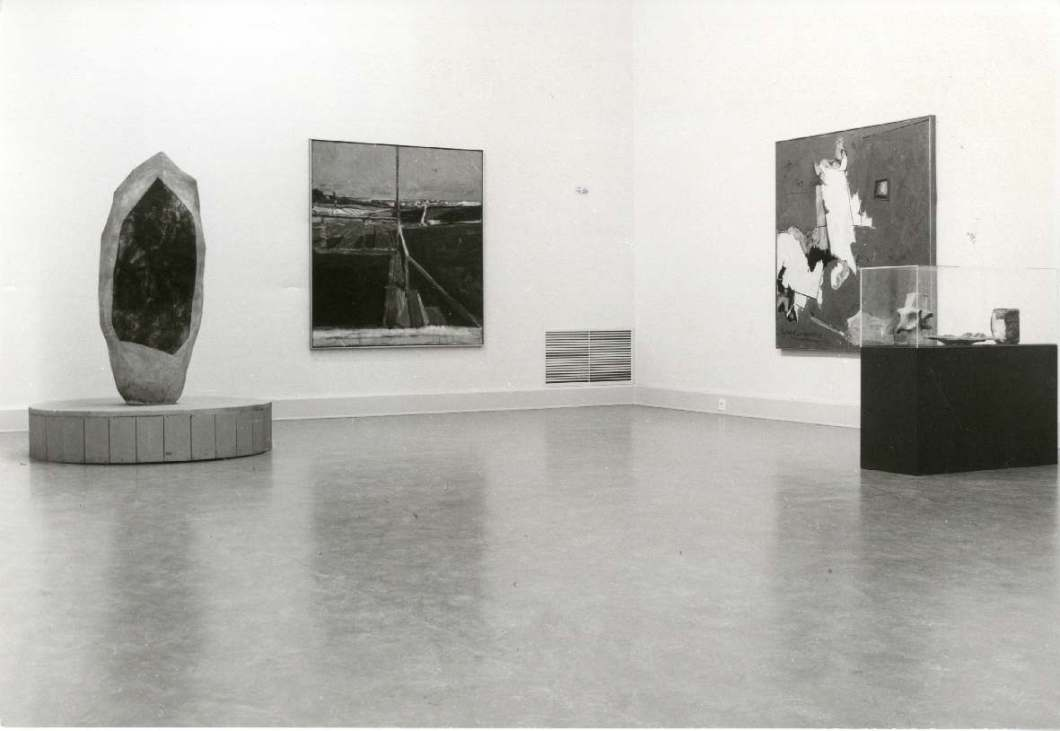 In this exhibition floor view, we can see (from left to right) John Mason's Spear Form (1957), Richard Diebenkorn's View from the porch (1958), Hassel Smith's Psychoseismorama (1960), and in the vitrine, a series of sculptures by John Mason (made between 1957-1963).